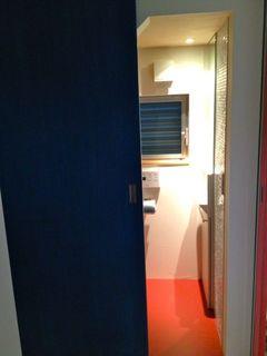 トイレの扉は青.jpg