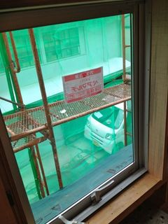 玄関上の窓ガラス.jpg